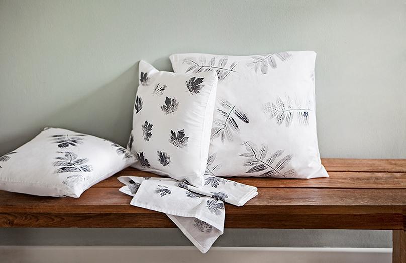 DIY: Herbstlicher Kissenbezug mit Blattdruck