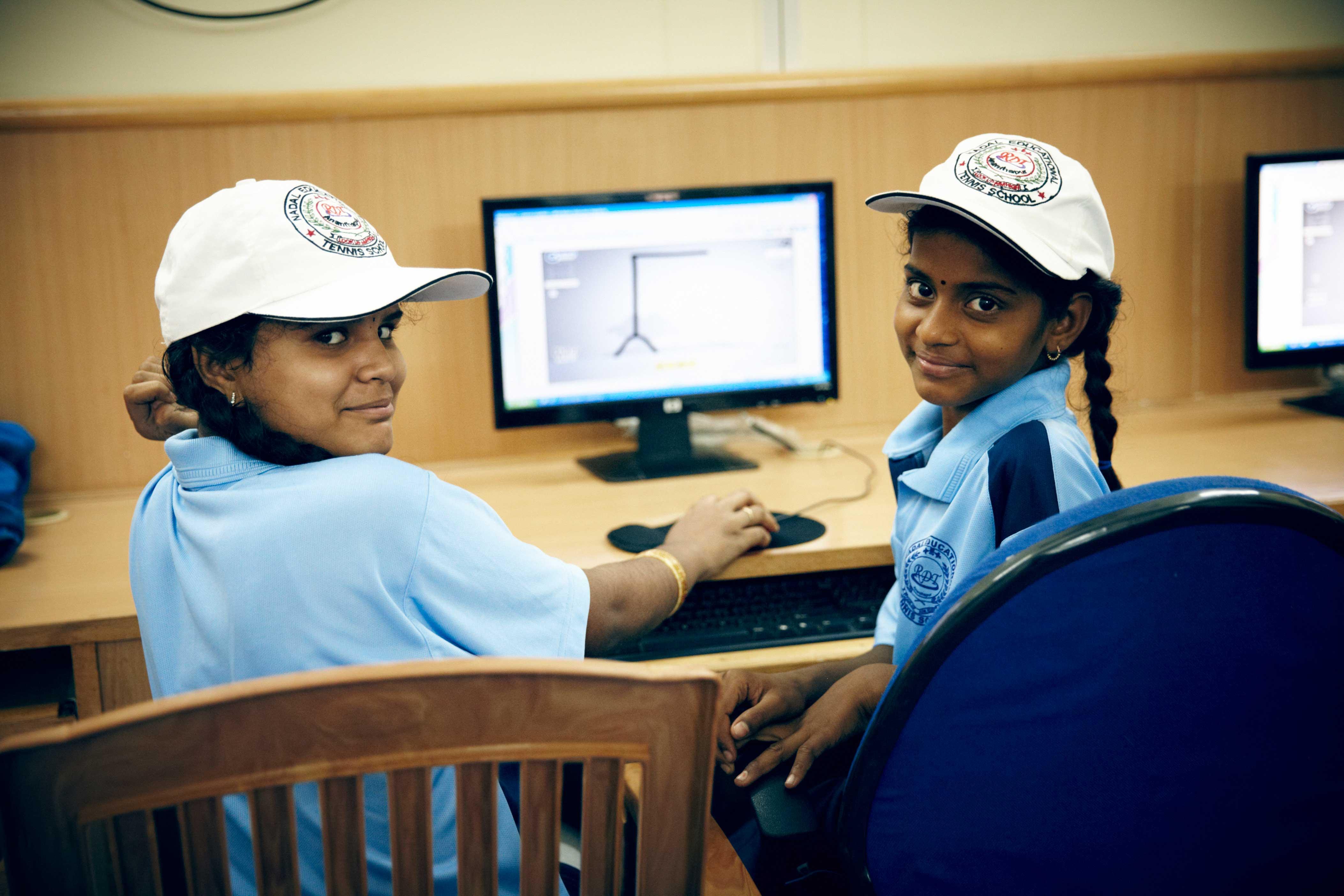 Aquí ofrecen entrenamiento de tenis, refuerzo de  inglés e informática, suplementos nutricionales y cobertura sanitaria básica.
