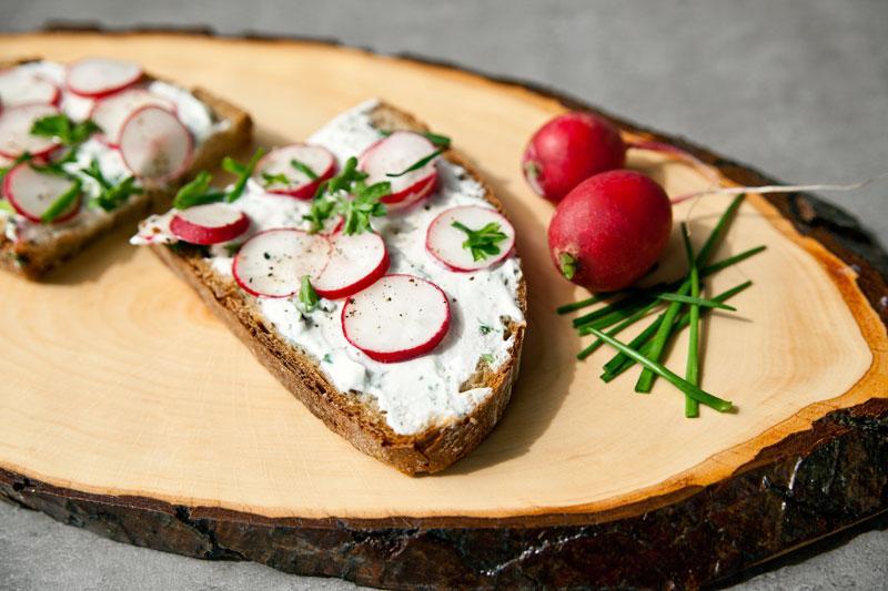 Recette : tartines de fromage blanc aux herbes et radis