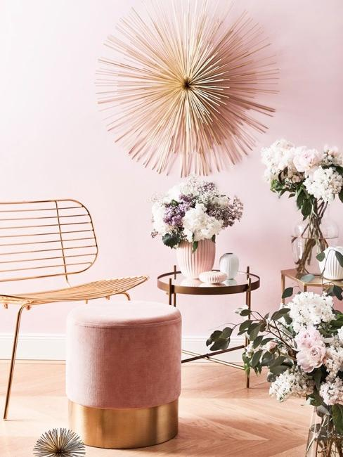 Wandobjekt in Metall über Sitzecke mit Pouf, Stuhl und Beistelltisch