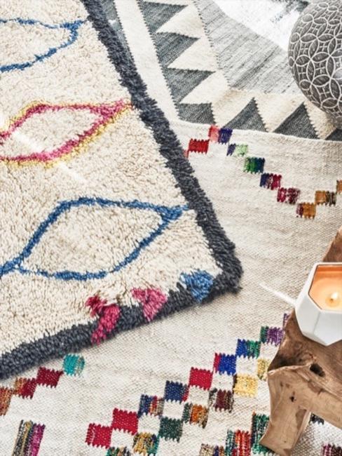 Gemusterte Ethno Teppiche liegen auf dem Boden übereinander