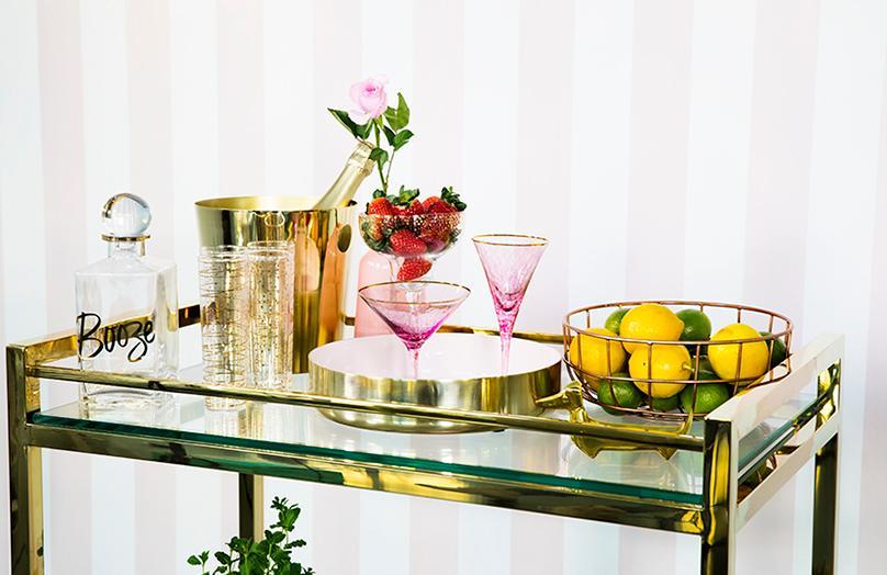 Jeden barový stolek, tři různé styly