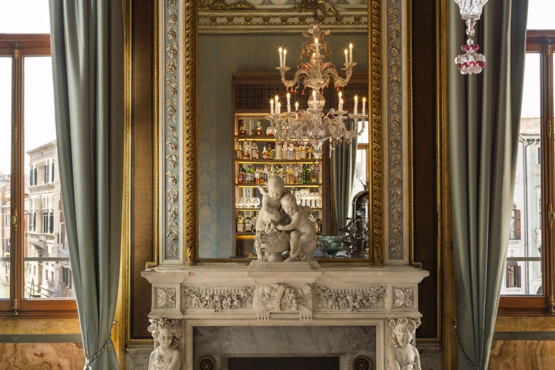 Blue  Room - Statua e camino in marmo