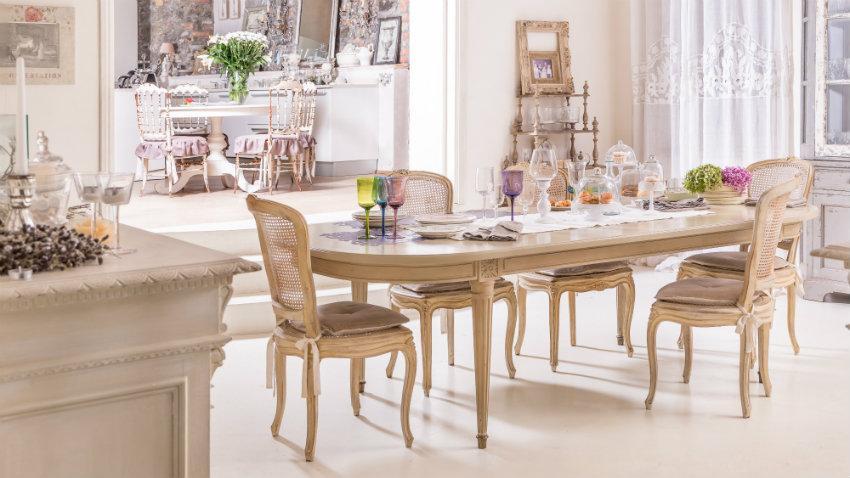 Oválný jídelní stůl