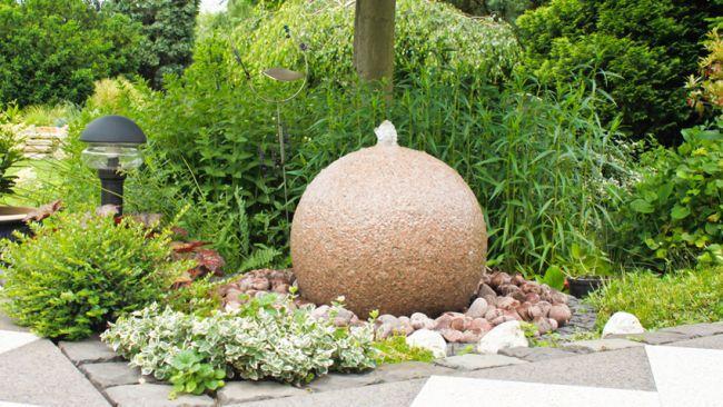 Fontaine ronde dans jardin zen