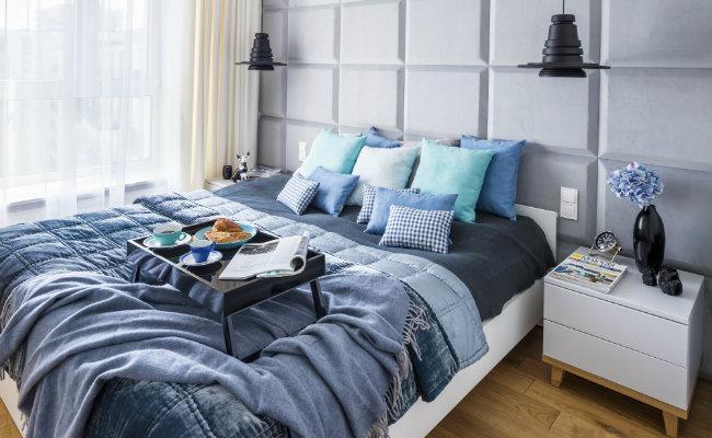 Niebieska sypialnia w stylu skandynawskim