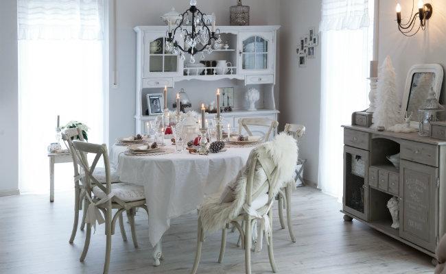Eleganckie, białe dekoracje krzeseł
