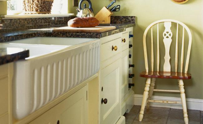 Meble kuchenne beżowe w rustykalnym stylu