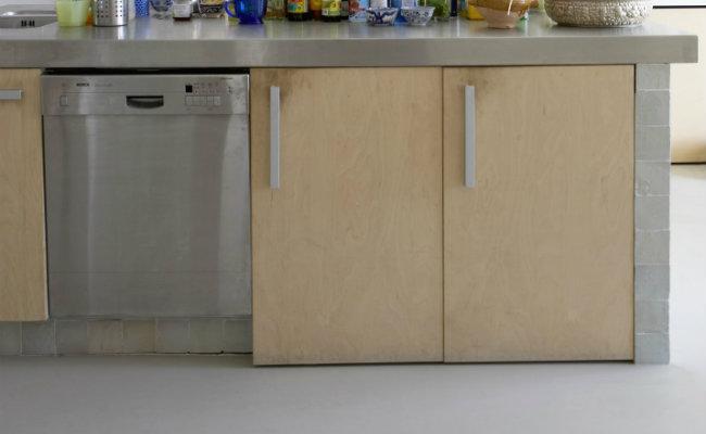Meble kuchenne kremowe w industrialnej kuchni