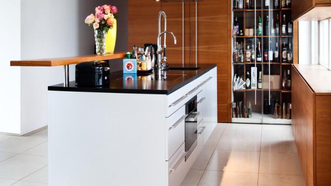 witte keuken zwart bloemen houten kast