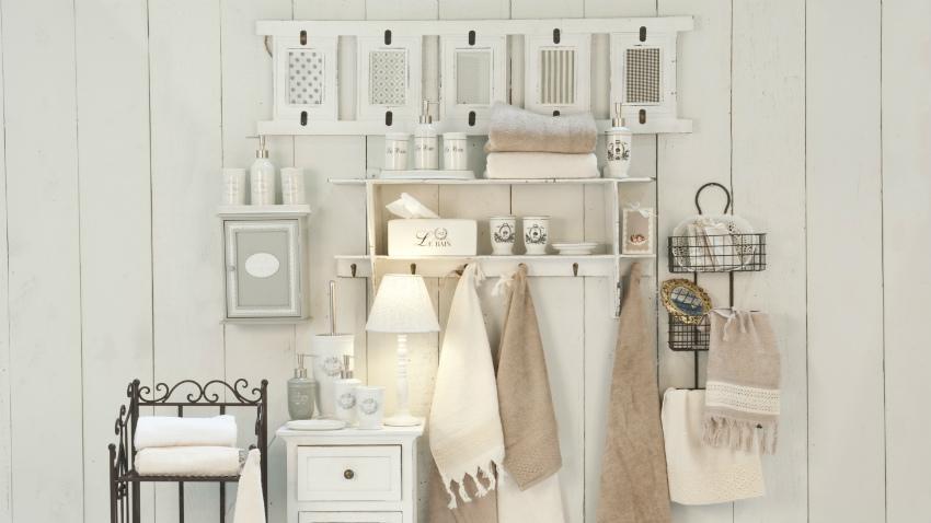 landelijke badkamer witte accessoires klassieke stijl