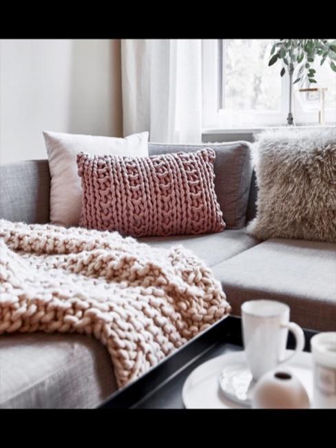 Pastell Chunky Knit Decke auf dem Sofa neben einem Chunky Knit Kissen