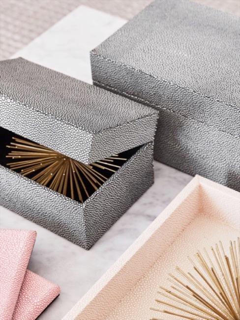 Rochenleder-Optik Deko: Boxen aus grauem Rochenleder, Bilderrahmen in rosa Rochenleder-Imitat und puderfarbenes Rochenleder Tablett