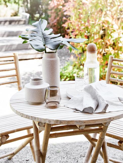 Nahaufnahme Bambustisch und Stühle mit grauer Deko