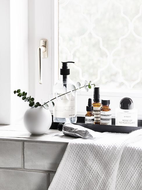 Kosmetik und Pflegeprodukte auf Fensterbank für Muttertag