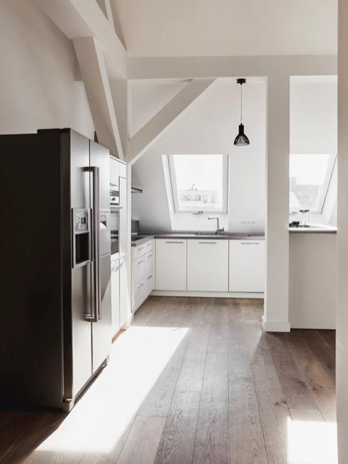 Weiße Küche mit großem Kühlschrank