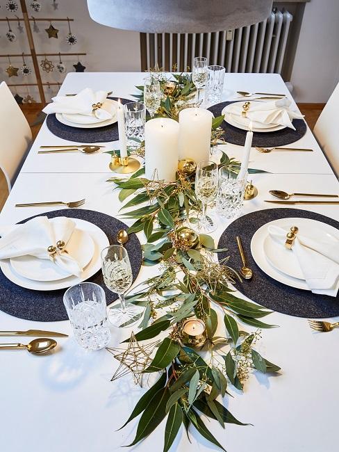 Weihnachtliche Tischdekoration auf einem Esstisch in Frankreich