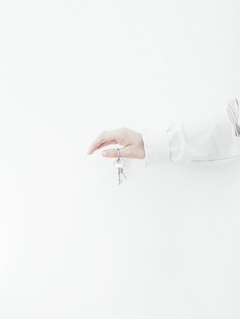 Hand mit einem Schlüssel