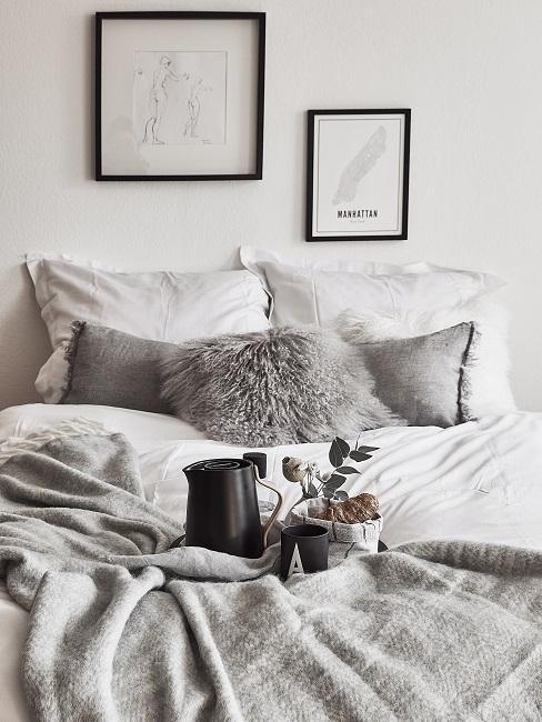 Schlafzimmer in Grau und Weiß mit schwarzen Details im Scandi Chic