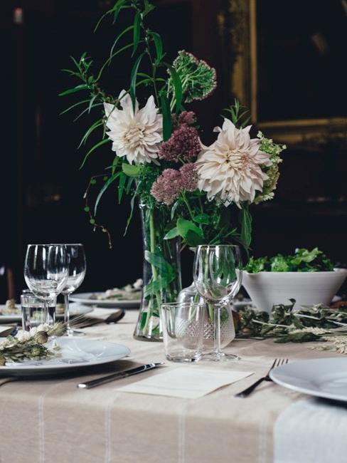 Zastawiony stól z fioletowymi kwiatami i dekoracjami