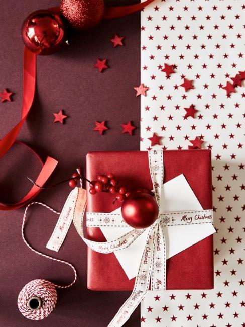 Prezent bożonarodzeniowy w czerwonym papierze ozdobnym