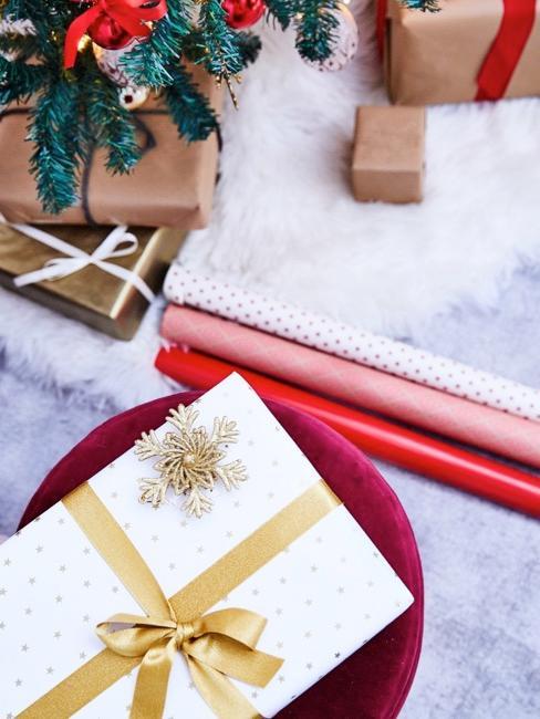 Zbliżenie na biały prezent bożonarodzeniowy
