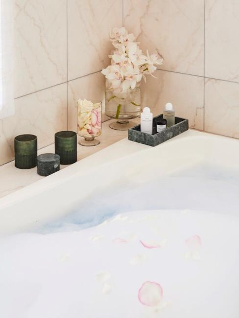 Baño de espuma con velas relajantes y flores