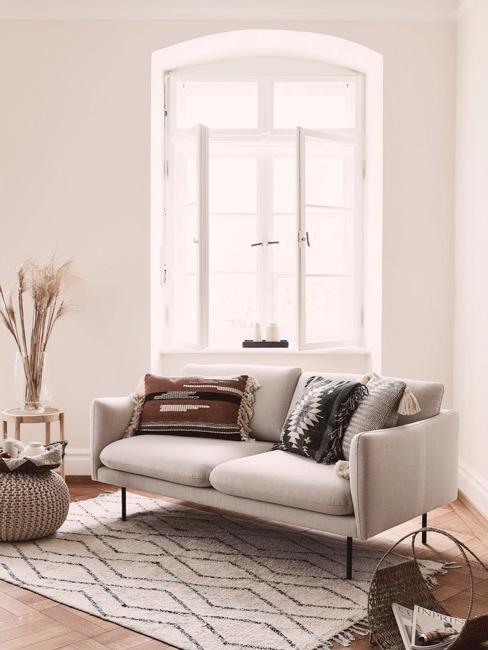 Soggiorno con divano grigio perla e decorazione naturale