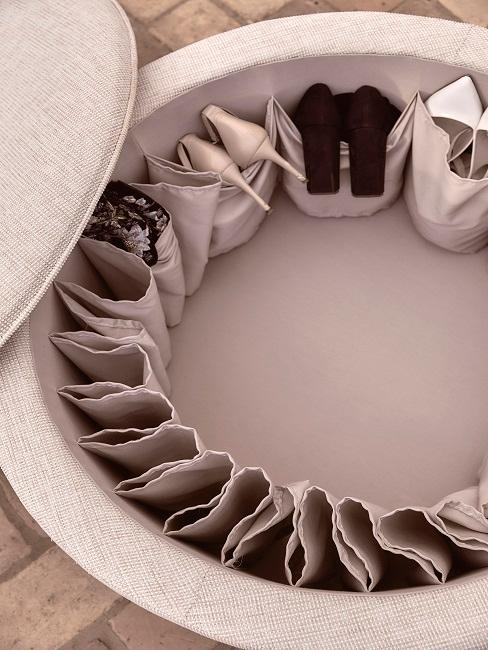 Schuhe in einem Sitzpouf