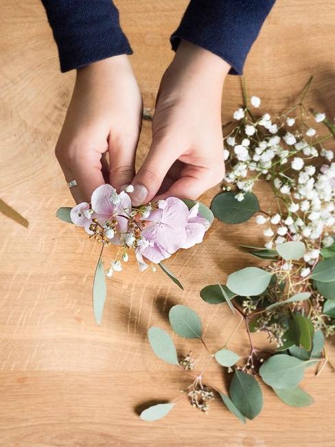 Mettere insieme i fiori per la corona di capelli