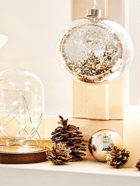 Fensterbrett mit Lichter- Tannenzapfen- und Weihnachtskugel-Deko