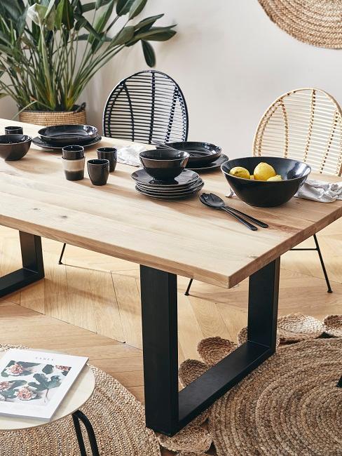 Holz Esstisch mit schwarzem Gedeck