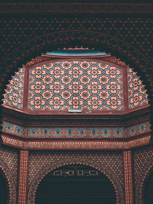 Gebäude von innen mit einer lichten Kuppel, die Wände sind in indischen Farben und mit indischem Muster geschmückt
