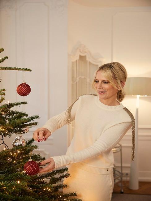 Tamara Gräfin von Nayhauß beim Dekorieren des Weihnachtsbaums