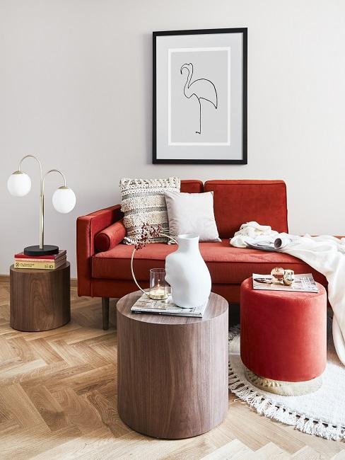 Farbkombinationen Rotes Sofa und Hocker mit braunen Beistelltischen aus Holz