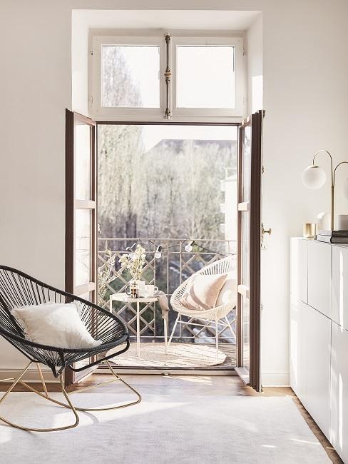Acapulco Chair auf Balkon und drinnen mit Kissen dekoriert