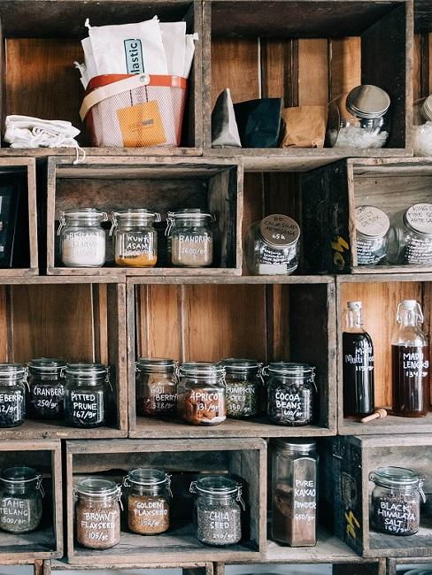 Regal mit Lebensmitteln in Vorratsbehältern