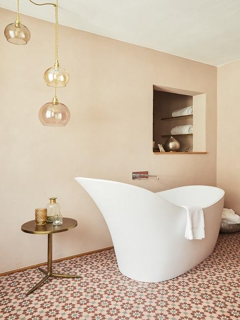 Roséfarbenes Designer Badezimmer mit freistehender Badewanne