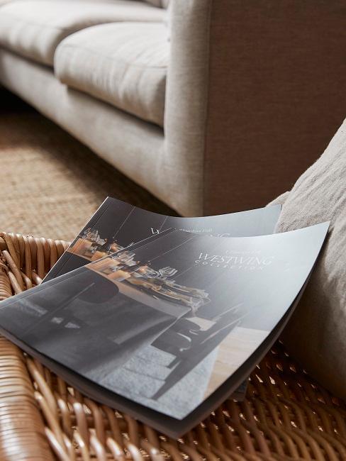 Zeitschriften auf einem Stuhl