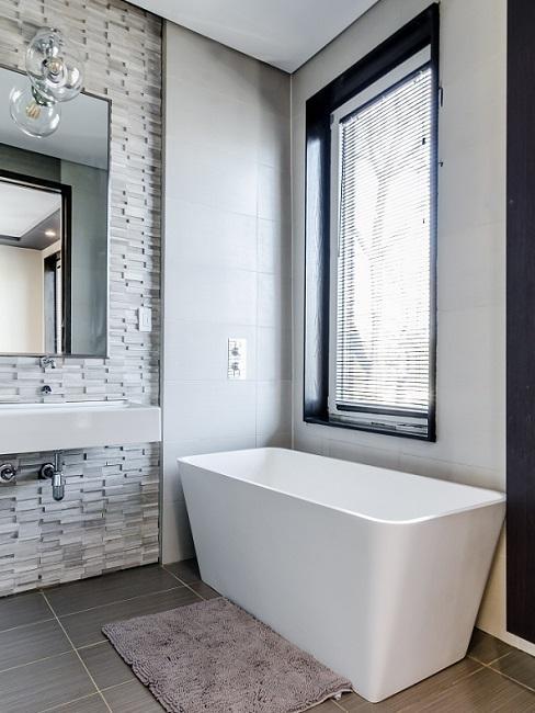 Weißes Designer Badezimmer mit Steinwand