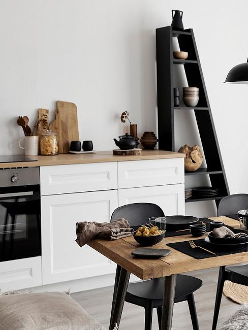 Schwarz-weiße Küche mit Holzesstisch