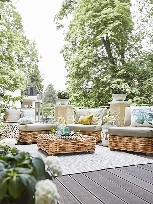 Outdoor Lounge auf großem Balkon mit Teppich