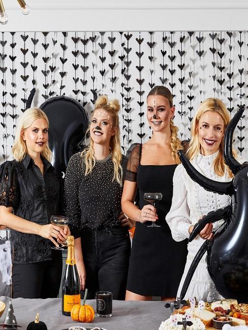 Vier Frauen auf einer Halloween Party