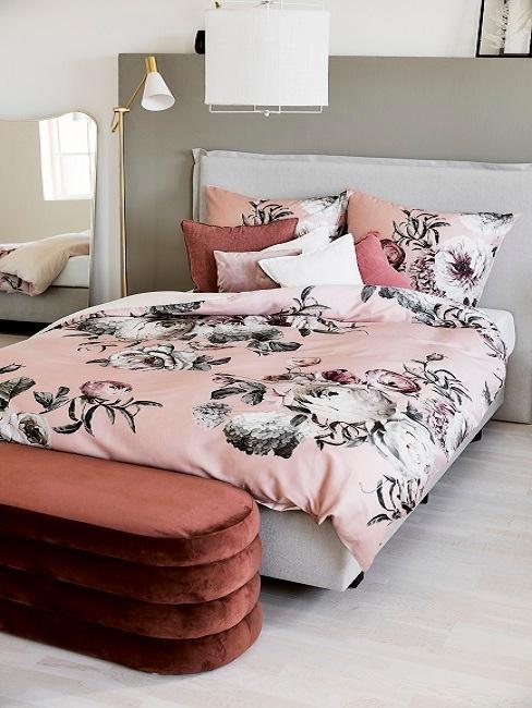 Perfekt gemachtes Bett im Schlafzimmer