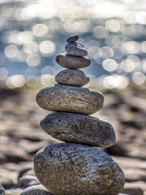 Montoncito de piedras de diferente tamaño, una encima de la otra
