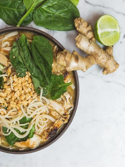 Plato asiático con jengibre, lima, fideos y albahaca tailandesa