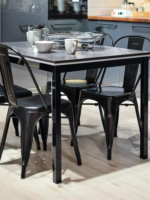 Sillas de cocina metálicas negras y mesa negra y gris