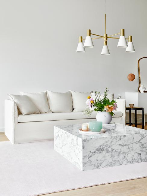 Salón clásico con sofá Mila, mesa baja de mármol blanco y alfombra blanca