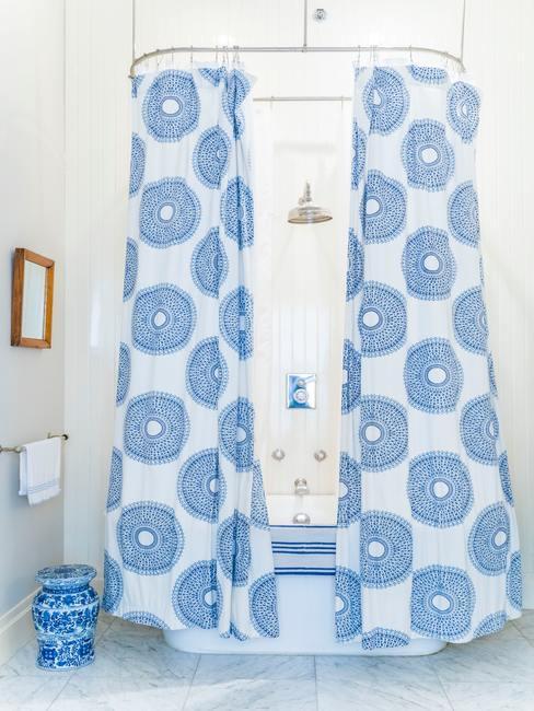 Rideau de douche bleu avec motifs graphiques ronds