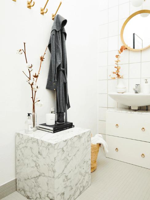 Salle de bains luxueuse avec table en marbre blanc